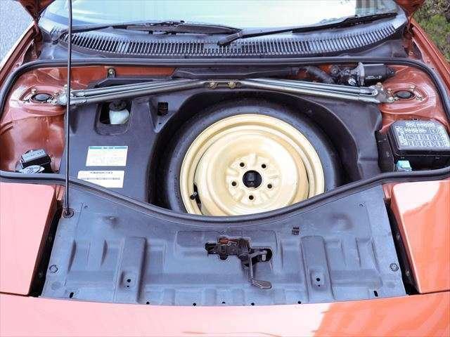 スペアタイヤ、交換のための工具付きです。
