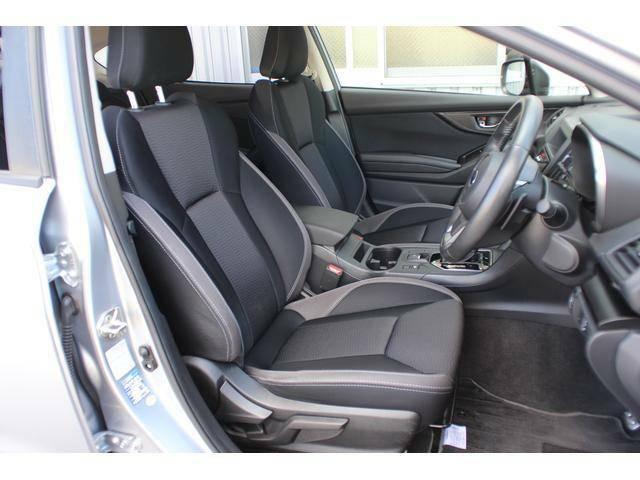 【フロントシート】しっかりとした厚みと適度なホールド感のあるスポーティなフロントシートです。