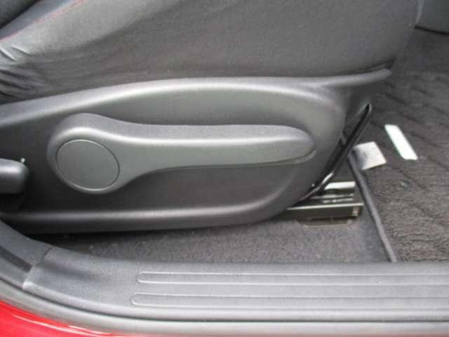 運転席シートには手動式のシートリフター機能を備えています。