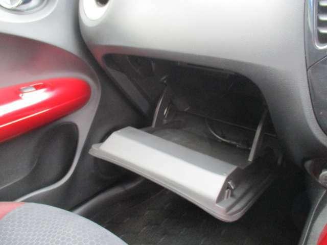 助手席側には必要最小限の小物入れが備わります。
