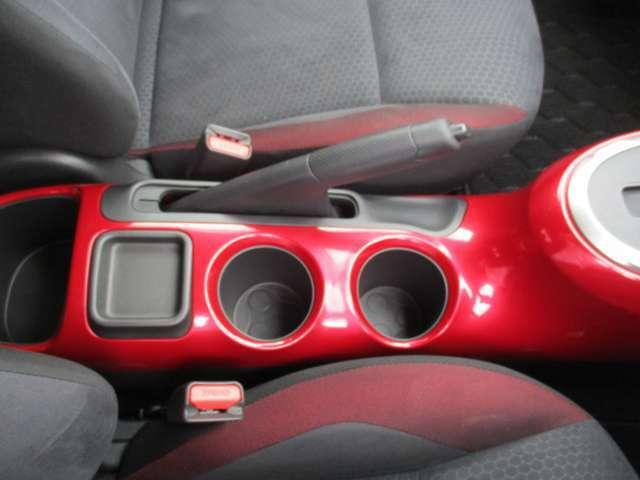 ドライブには欠かせないドリンクホルダーが前席中央に備わっています。