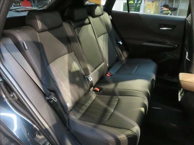 セカンドシートは大人3人が乗っても広々。