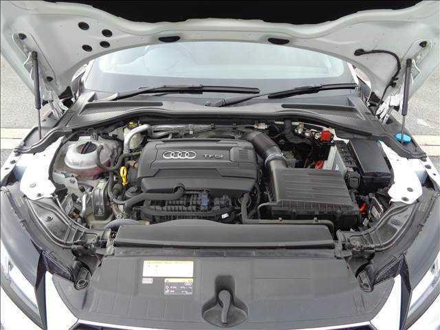隅々まで綺麗に保たれたエンジンルームは、整備がしっかりと行き届いている証拠です。