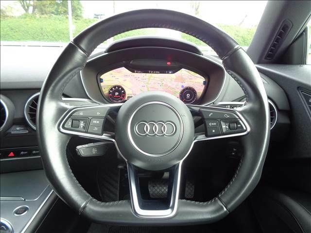 【革ステアリング】握りやすい革巻きのステアリングは安定したドライブを実現!