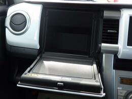 助手席周辺には 小物収納が充実しています。運転席からでも手が届き、使い勝手◎