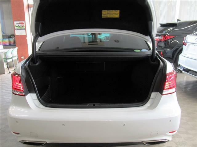 本革シート・サンルーフ・全席パワーシート・全席シートベンチレーション・パワートランク・電動サンシェード・オートクルーズ・バックカメラ・DTV・BTオーディオ・コーナーセンサー・純正19AW・LED