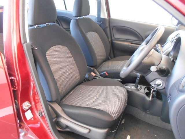快適に運転できるドライブポジション!40mmも調整できる運転席シートリフターとシートスライドで、女性でも無理のない運転姿勢がとれます