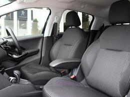 外観のスポーティさと対照的なブラックを基調とした落ち着いた佇まいシックな雰囲気と快適なドライブをサポートしてくれる座り心地の良いシート