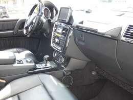 ブラックを基調とした車内にピアノラッカー調インテリアトリムを組み合わせる事でスタイリッシュな印象を与えるインテリアデザインとなっております!メルセデス特有の上質な空間でお過ごし頂けます!