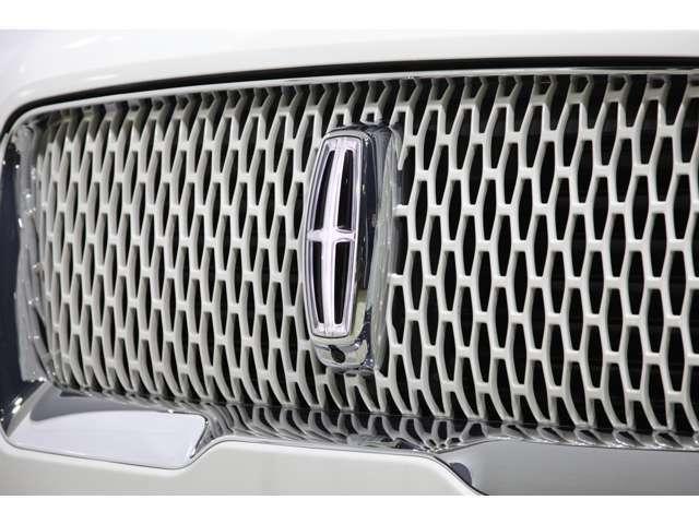フルLEDのライティング類は、フロントグリルのエンブレムまで光り、 リンカーンスターマークがボディサイドに浮かび上がったりと、見る人が驚嘆するような仕掛けがあるのも高級車ならではですね。