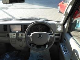 シンプルだけど使っていて飽きの来ない運転席周り。