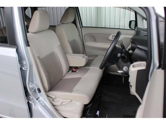 【フロントシート】しっかりとした厚みのあるシートは運転がしやすくゆったりとした座り心地!アイボリーの優しい色調でなんだか落ち着きますね♪