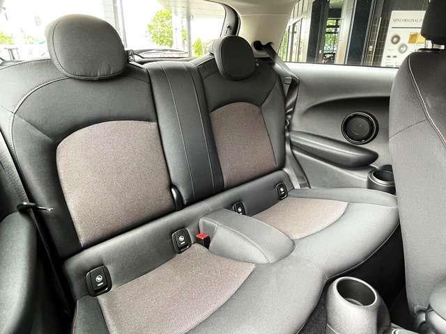 コンパクトで愛嬌のあるMINIで御座いますが、後席も意外と広く、シートは少し奥が下がっているため、ヘッドクリアランスも十分に確保されております。