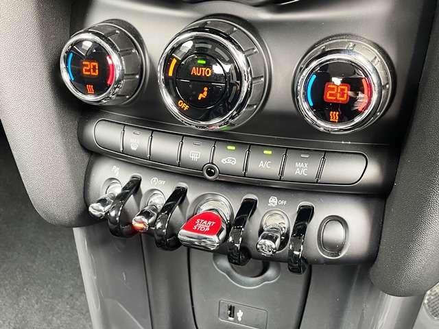 MINIの内装はとにかく『円』に拘ったデザインコンセプトが一目で伝わってきます。これほど円形に拘った車は他に御座いません。伝統のデザイン、トグルスイッチなど遊び心のある内装で御座います。