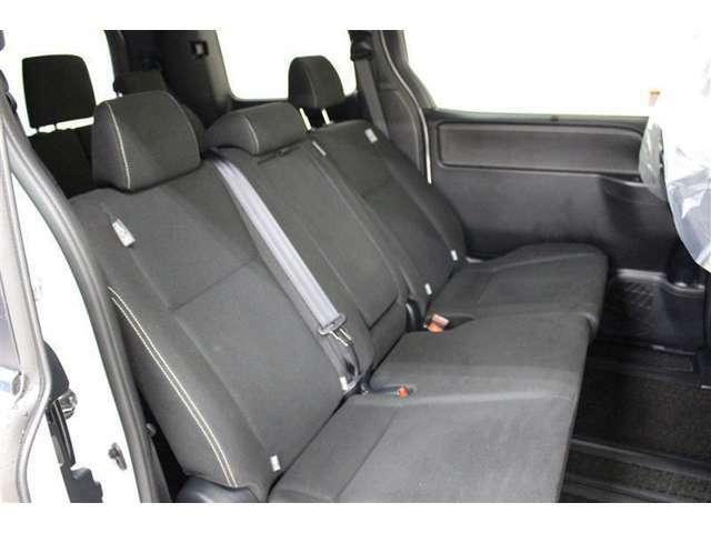 セカンドシートは、580mmのロングスライドが可能な6:4分割チップシートを採用。後方へスライドさせると足をゆったり伸ばして座れます。