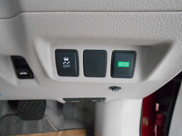 ECOモードスイッチを押す事によりECOランプが点灯します。アクセル操作等運転の無駄を抑え、一定の速度で走行出来る様にアクセル操作をサポート一定の速度、ゆるやかな加速/減速がガソリン節約の秘訣です