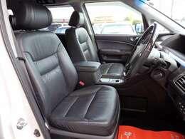 運転席シート☆豪華な黒革シート☆禁煙車でキレイな室内です☆