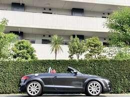 カラーコンビネーションが大人のスポーツカーを連想させる仕様となっています。