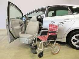 電動でシートの昇降ができる、助手席リフトアップシートです。(車いすは撮影用の為、付属しておりません)足が不自由な方はもちろん、お年寄りも乗り降りが楽ですね。