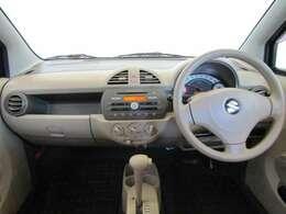 ドライバーが感覚的に操作・確認できるよう気配りされたコクピットです。スピードメーターも大きく、運転中に見やすいように配慮されています。