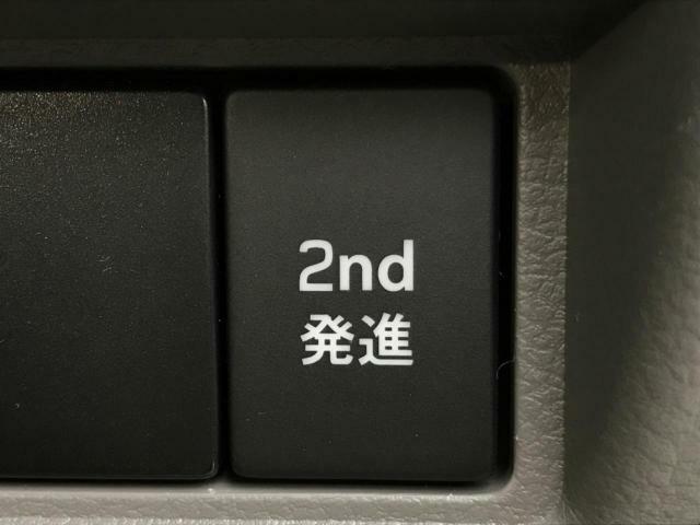 【2速発進】実はこのスイッチ一つで、マニュアルでいう「飛ばしシフト」も行えます。実際、マニュアル車に乗っている人でも、1速からスタートする人は少ないのでは!?