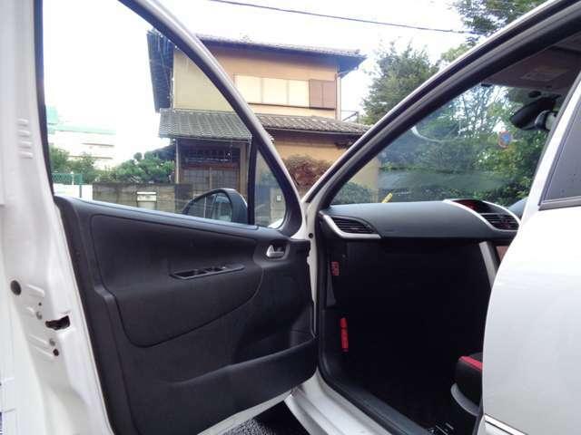 ナビゲーションシートへのエントランスも綺麗な状態をキープ出来ている、フレンチデザインの流れる様な流線形のダッシュボードがお出迎え。清潔感の高い車輌へ乗車する時の高揚感にワクワク感が味わえるフレンチ内装