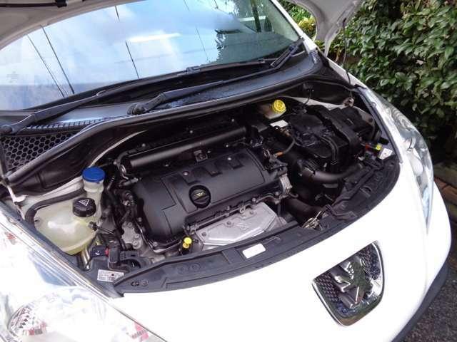 エンジンはBMW製電子制御燃料噴射式直列4気筒DOHC1598ccタイミングチェーン式交換不要120ps馬力(88kW)/6000rpmトルク16.3kg・m(160N・m)/4250rpmカタログ値