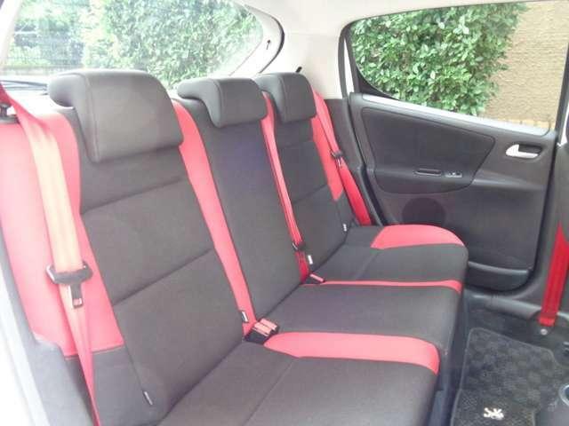 ご覧ください、シミ一つとして無い綺麗な室内シートコンディション。オフブラック基調にレッドポイントのパキッとした赤と黒のスタンダール特別限定UrbanMove限定のデザインフレンチインテリアの禁煙内装車