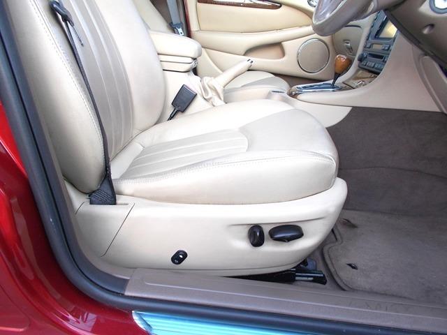 ステアリングはチルト式で、シートの高さは、電動タイプですので、体格の違う日本人には、最適なドライビングポジションを確保出来ます