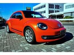 インテリアは、限定車のキーカラーとなるオレンジを用いた専用チェック柄のファブリックシートに加え、ステアリングやハンドブレーキレバー、センターアームレストにもオレンジ色の飾りステッチを採用☆
