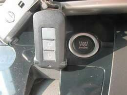 インテリジェントキーです!!鍵をポケットやバッグにいれたままでも、鍵の開け閉めはもちろんの事、エンジン始動もできちゃいます♪ホントに便利です!