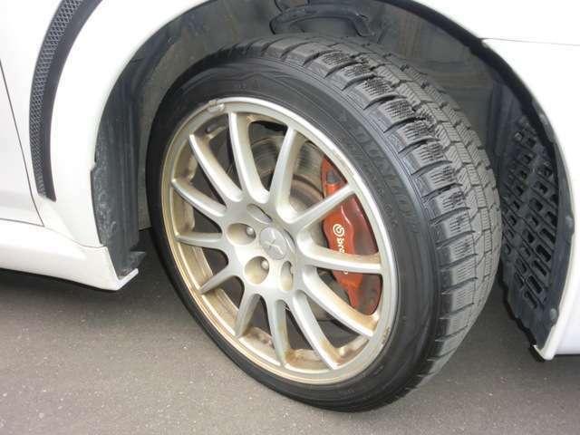 純正アルミホイールにスタッドレスタイヤが装着されています。5分山程の溝状態です。残念ながら夏タイヤは付属しておりませんのでご了承ください。