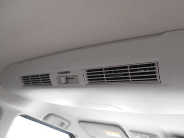 リアシーリングファンからの送風により車内の空気を循環させ、エアコンの効きにくいハイルーフの車内を快適空間に出来るのも喜ばれるポイントの一つで。