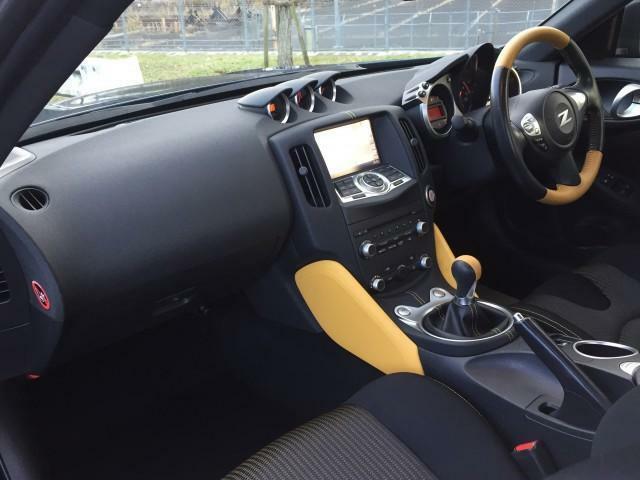 ブラックを基調としたインテリアは、シートのステッチ、ステアリング、ドアパネルなどにイエローのアクセントが施されるほか、シートバックには370Zの文字が刺繍されています。