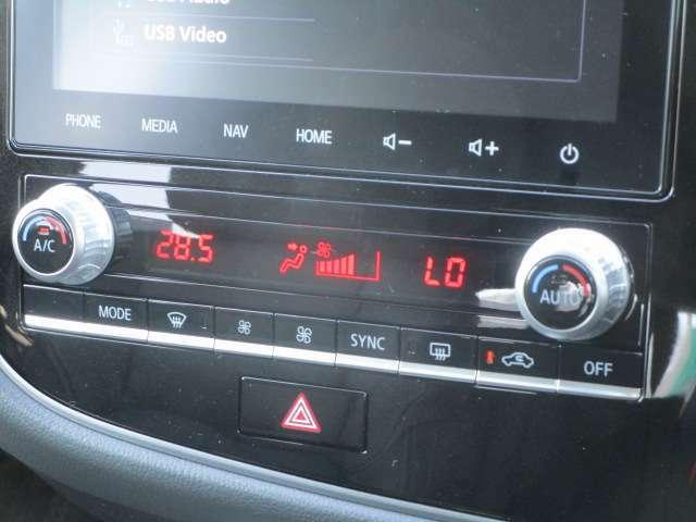 エアコンはオートエアコン!運転席助手席の温度調節は独立して変更できますよ。