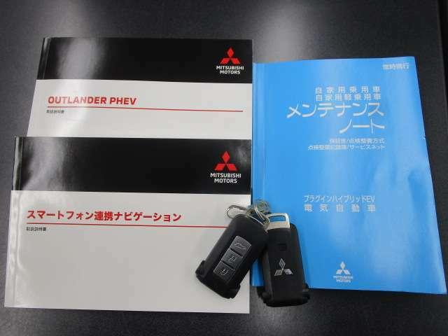 車両取扱説明書・メンテナンスノート・ナビゲーション取扱説明書・スマートキー2本ございます。