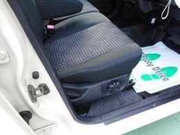 ベンチシートなので広く感じられる運転席です。シートのデザインが可愛らしく女性に人気なのも納得。