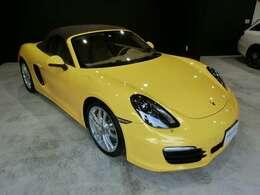 レーシングイエロー×ブラウン幌 内装はルクソールベージュ 上品なカラーの組合せとなっております。