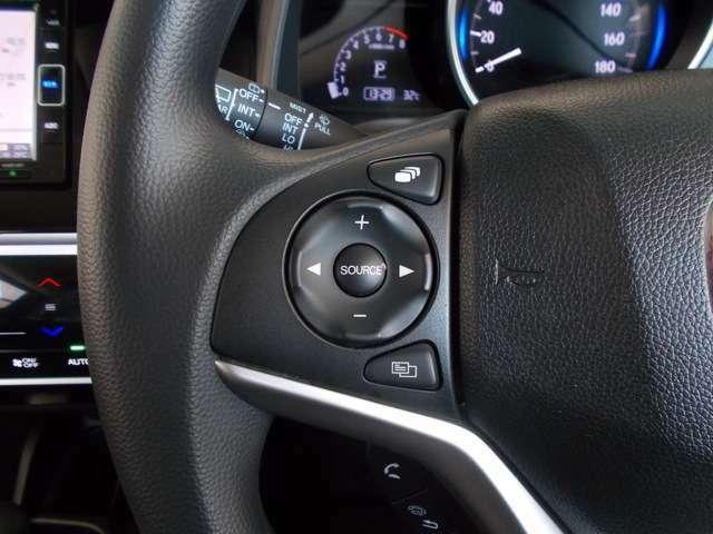 【左ハンドルスィッチ】走行中にハンドルから手を離さず安全にオーディオのソースやボリューム、チャンネル、CDトラックの先送り戻し操作出来ます