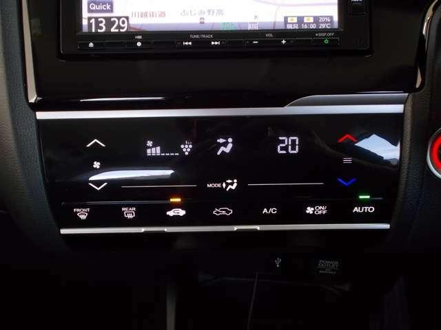 【フルオートエアコン】操作部がスッキなリタッチパネル式です!ご家庭のエアコンと同じで温度を設定しておけば、あとの運転操作は自動!エアコンにお任せでOKです