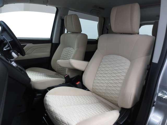 座り心地のいいソファのようなシート。運転的も助手席もリラックスしてゆったりと座れます。