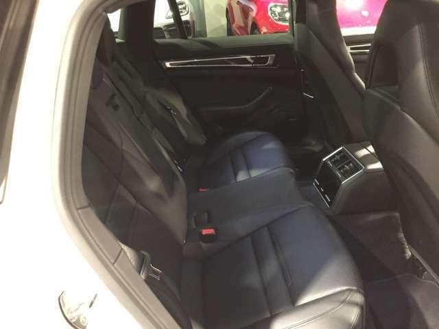 後席のシートも状態が良く、足元も広々しておりますので、後席に大人の方でもゆっくり乗車出来ます。