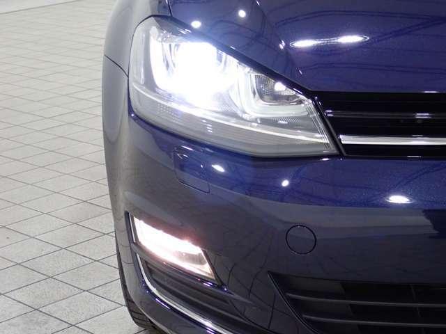 キセノンヘッドライト装備のため、夜間走行時などは前方を明るく照らします
