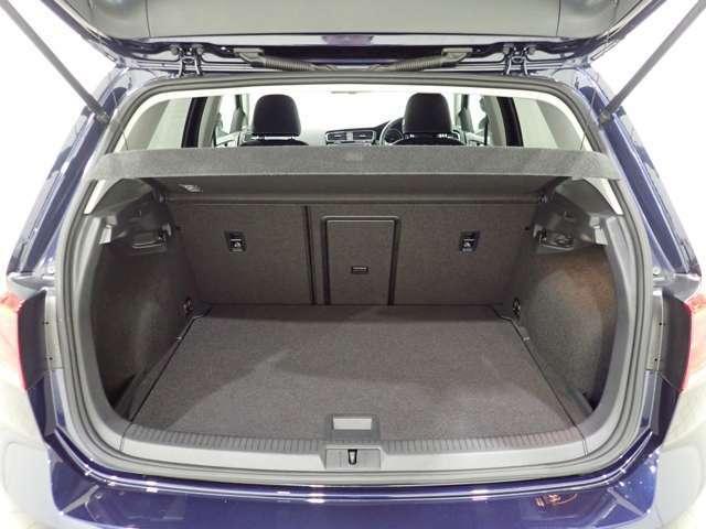 ハッチバックながらトランクは十分なスペースが確保されています。普段のお買い物の荷物やスーツケースなどはしっかり積載できます
