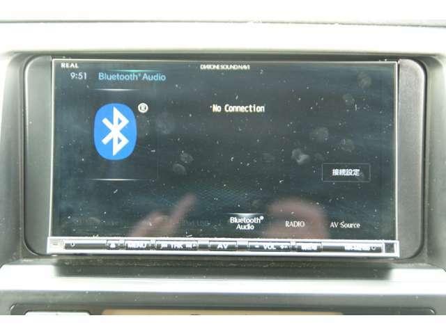 Bluetooth機能がついてますので、携帯から好きな音楽聴くことができます。バックカメラが付いていますので、駐車をする際とても便利です。