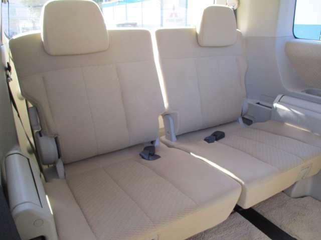 サードシートはスライド/リクライニング/跳ね上げ機構つき