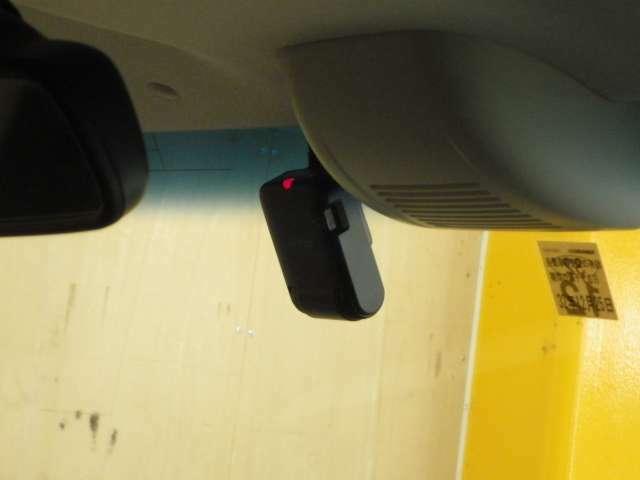ディーラーオプションのフロントドライブレコーダー。
