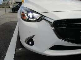 【ハイビームコントロール】 対向車や先行車のテールランプなどを検出し、自動でハイビームとロービームを切り替えるLEDヘッドライト。