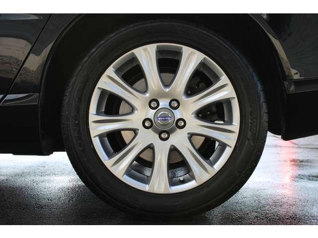 17インチアルミホイールが装着されています。ブレーキダストの汚れも少なく綺麗な状態です。タイヤは2018年製で、残量もまだあります。