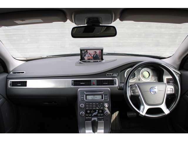 純正ポップアップ式HDDナビゲーション。ハードディスクに音楽を録音することができます。本体はグローブボックス内ですので、CDやDVDの出し入れもしやすいです。